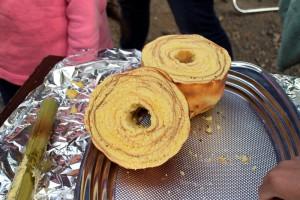 自分で焼いたバウムクーヘンの味は?/神川町の小学生と交流