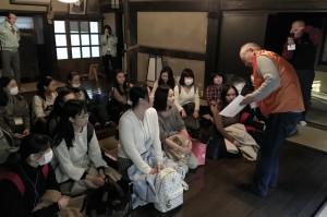観光ボランティアガイドの技を現場で学ぶ/「日中通訳」受講生が「睡足軒」訪問