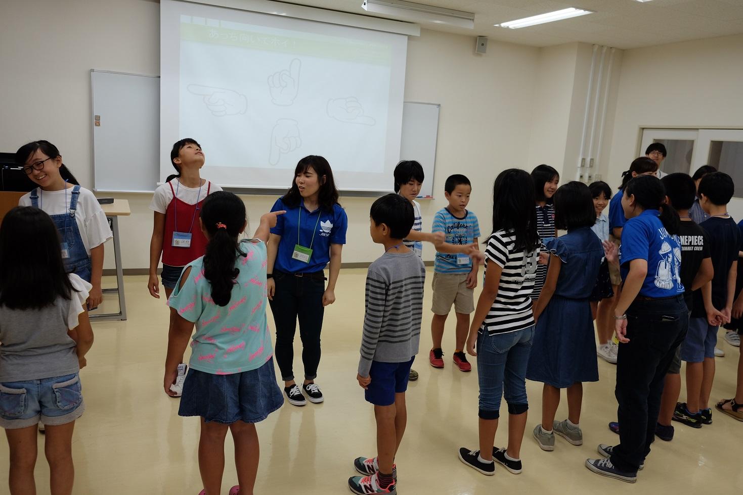 英語で「あっちむいてほい」にチャレンジ!/『子ども大学にいざ』第3回を開催