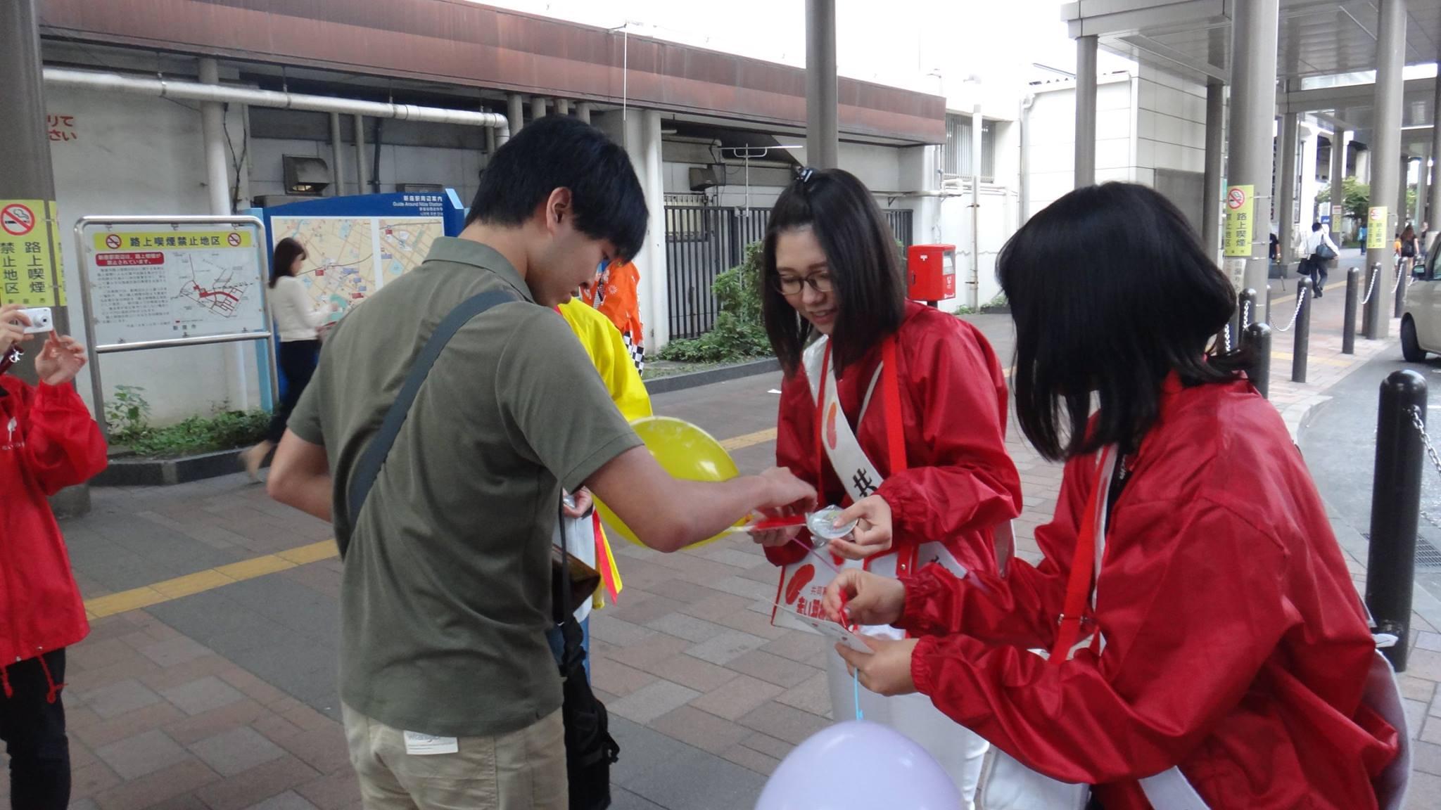 新座駅前で赤い羽根共同募金の呼びかけを実施
